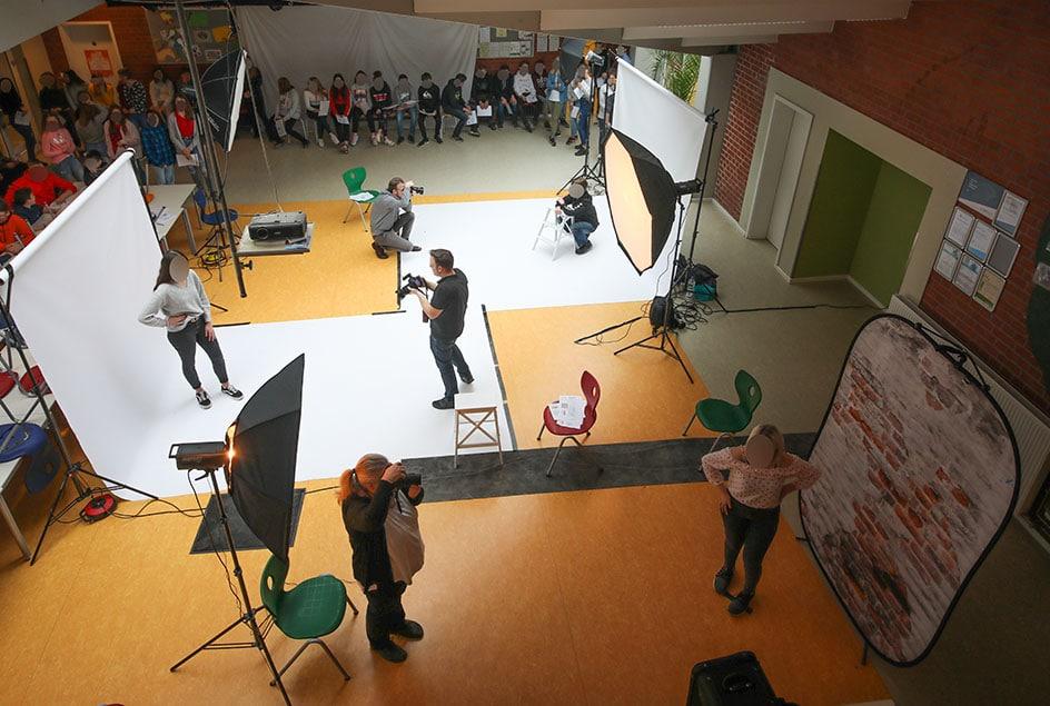Durch mehrere Fotostudio parallel können wir zwei Klassen in einer Schulstunde fotografieren. Dazu gehören Gruppenfotos und Einzelfotos. Die Einzelfotos dann auch vor zwei verschiedenen Fotohintergründen